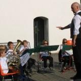Dirigent beruhigt Jungbläsergruppe